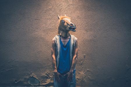 Photo pour horse mask young hipster man in the city - image libre de droit