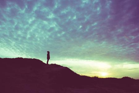 Foto de Back light silhouette of a man standing on a hill, overlooking, filtered vintage - future, power, achievement concept - Imagen libre de derechos