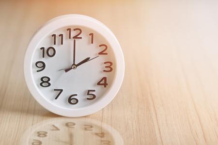 Foto de white circle clock at 2pm on wooden background vintage - Imagen libre de derechos