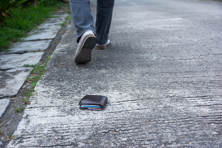 Foto de Wallet drop on the road when walking - Imagen libre de derechos