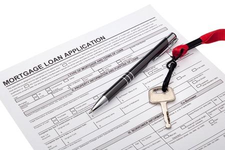 Foto de House key with mortgage loan application - Imagen libre de derechos