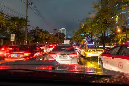 Foto de BANGKOK, THAILAND - Apr. 27, 2018 : A heavy traffic jam in Bangkok on the rainy evening. - Imagen libre de derechos