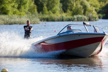 Photo pour Water skiing at Wiremill Lake East Grinstead - image libre de droit