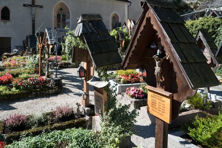 Foto de Well Kept Graveyard at the Maria Hilf Pilgrimage Church in Hallstatt - Imagen libre de derechos