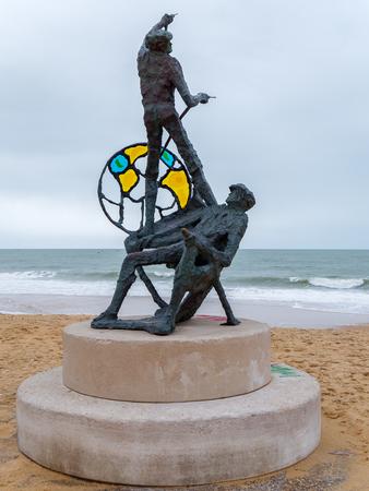 Photo pour QUARTEIRA, SOUTHERN ALGARVE/PORTUGAL - MARCH 6 : Fishermen of Quarteira Sculpture in Quarteira in Portugal on March 6, 2018 - image libre de droit