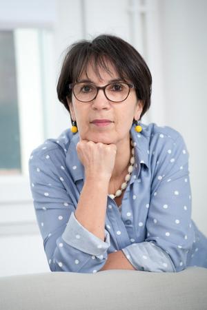 Foto de a portrait of middle age brunette with glasses - Imagen libre de derechos