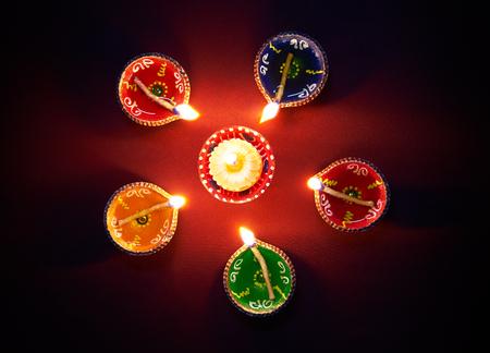 Photo pour Colorful clay diya lamps lit during diwali celebration - image libre de droit