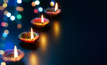 Photo pour Colorful Diya lamps with bokeh lights background - image libre de droit