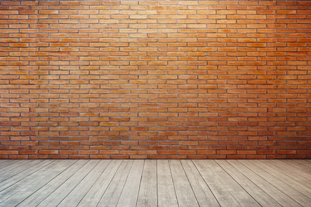 Foto de empty room with red brick wall and wooden floor - Imagen libre de derechos