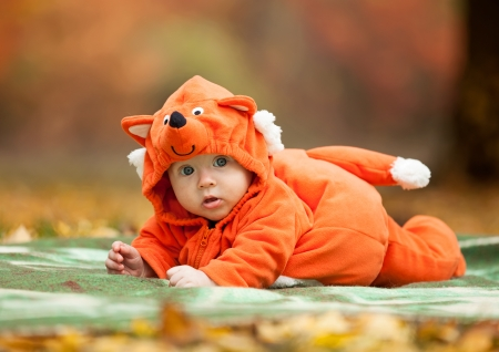 Photo pour Cute baby boy dressed in fox costume in autumn park - image libre de droit