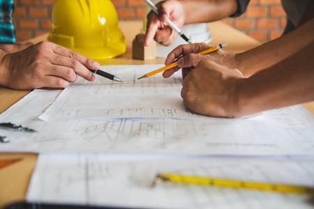 Foto de Engineering teams are meeting to present and discuss construction work designed and implemented. - Imagen libre de derechos