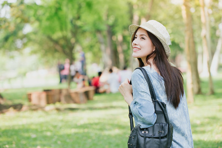 Photo pour teen with shoulder bag summer walking in the green park - image libre de droit