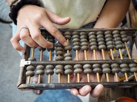 Foto de Woman playing abacus - Imagen libre de derechos