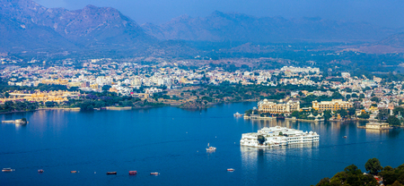 Foto de Lake Pichola and Taj Lake Palace , Udaipur, Rajasthan, India, Asia. Panorama. - Imagen libre de derechos