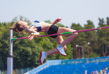 Photo pour sportswoman jumps in height, sports background - image libre de droit