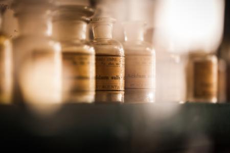 Foto de vintage medications in small bottles on a shelf - Imagen libre de derechos
