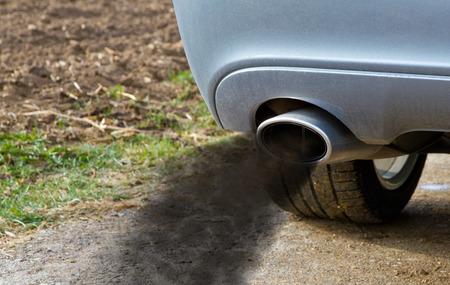 Photo pour Smoking exhaust pipe - image libre de droit