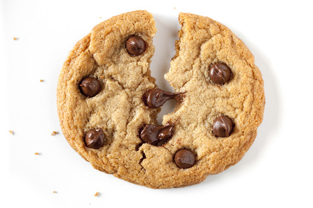 Photo pour chocolate chip cookie being split in the middle, chocolate chip is melting. - image libre de droit