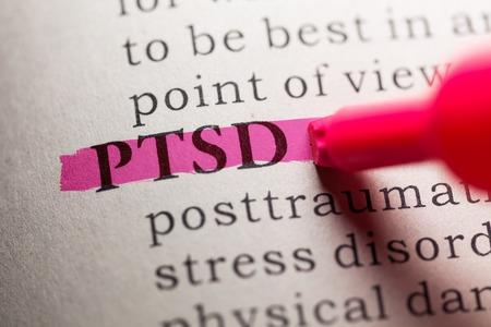 Foto de word PTSD highlighted on pink - Imagen libre de derechos