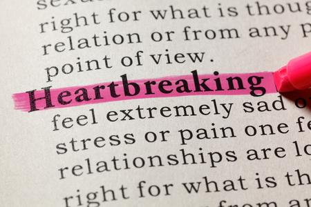 Foto de Fake Dictionary, Dictionary definition of the word heartbreaking. including key descriptive words. - Imagen libre de derechos