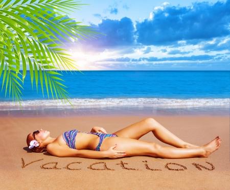 Foto de Sexy woman laying down on the beach, taking sunbath, enjoying dayspa, luxury tropical resort, summer holiday and vacation concept - Imagen libre de derechos