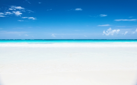 Photo for Beautiful seascape, clean white sandy beach, blue sky, turquoise peaceful sea, luxury tropical resort, romantic honeymoon, summer holiday concept - Royalty Free Image