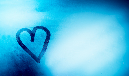 Photo pour Love is in the air, heart shaped drawing on the misted-up window, abstract blue background, romantic winter holidays concept, happy Valentines day - image libre de droit