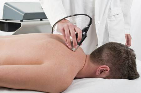 Photo pour Close-up of laser treatment at physiotherapy - image libre de droit
