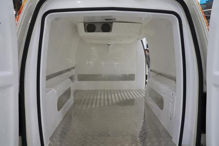 Photo pour White interior of the cargo area of the new fridge van. Refrigeration unit inside. - image libre de droit
