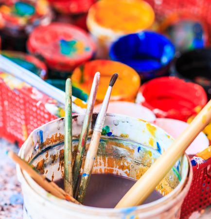 Photo pour Old paints artists paintbrushes paints and brushes background - image libre de droit