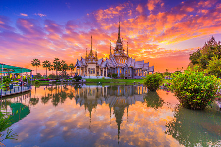 Foto de Wat thai, sunset in temple Thailand,They are public domain or treasure of Buddhism, no restrict in copy or use - Imagen libre de derechos