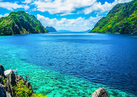 Foto de Scenic view of sea bay and mountain islands, Palawan, Philippines - Imagen libre de derechos