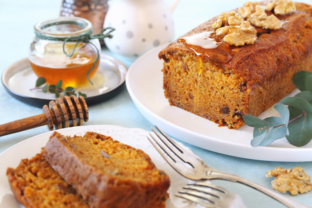 Photo pour Carrot cake with honey and walnuts on light background - image libre de droit