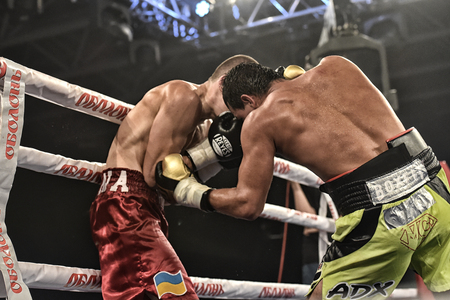 Photo pour Kyiv, Ukraine - September 16, 2017: An unidentified boxers in the ring during fight for ranking points in the NSC Olimpiyskiy, Kyiv, Ukraine - image libre de droit