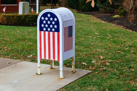Foto de Home office American flag Metal Mailbox in garden - Imagen libre de derechos