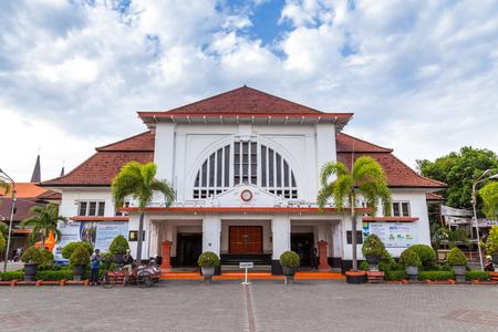 Foto de Surabaya, Indonesia - November, 05, 2017: Front side of the post office in the old city centre of Surabya, Java  in Indonesia - Imagen libre de derechos