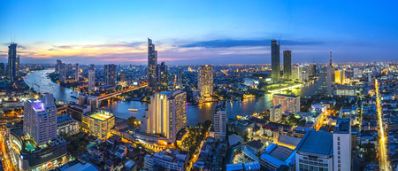 Photo pour Curve of River and beautiful river side view. In a main business zone of Bangkok. It's combining a contrast of shining buildings and blackening living houses. With a colorful sunset sky - image libre de droit