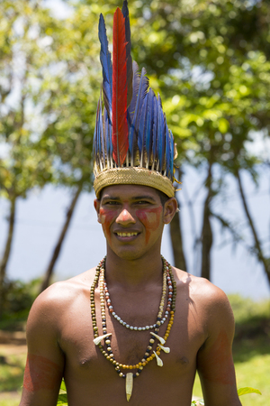 Photo pour Brazilian Indian man wearing the hat feathers from tribe ritual in Amazon, Brazil 2015 - image libre de droit