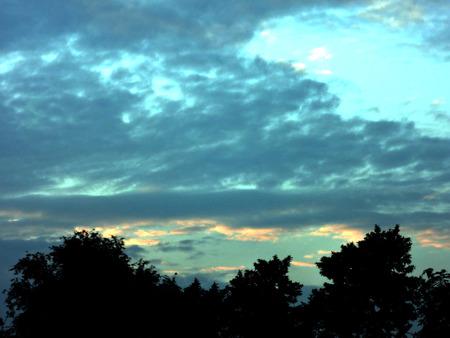 Foto de Background of dark sky before a thunder-storm - Imagen libre de derechos