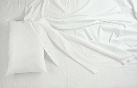 Photo pour close up of bedding sheets and pillow - image libre de droit