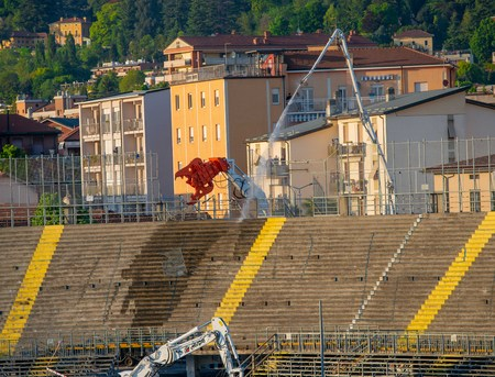 Photo pour Bergamo Italy 6 May 2019: Excavator for demolition of large demolitions in action to demolish the northern curve of the Bergamo stadium - image libre de droit