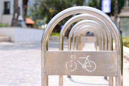 Foto de Metall bicycle parking lot in the city - Imagen libre de derechos