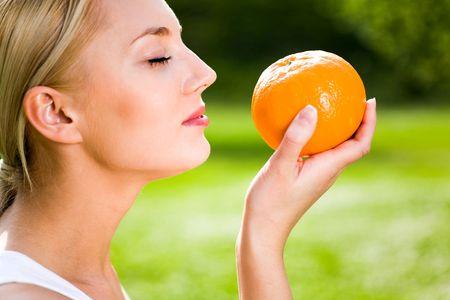 Foto de Woman holding an orange - Imagen libre de derechos