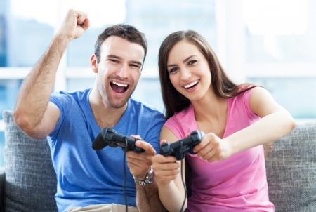 Photo pour Couple playing video games - image libre de droit