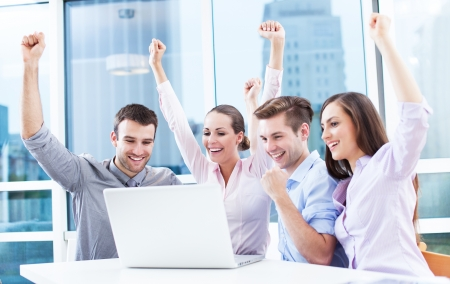 Photo pour Business people cheering at laptop - image libre de droit