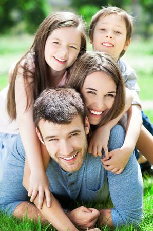 Foto de Happy family of four - Imagen libre de derechos