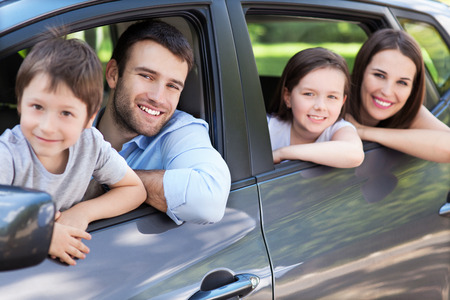 Foto de Happy family sitting in the car - Imagen libre de derechos