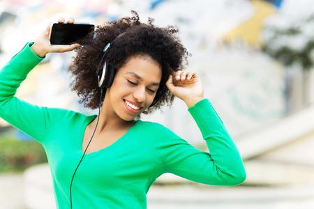 Foto de Afro-American woman listening to music - Imagen libre de derechos