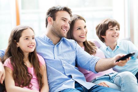 Foto de family watching tv - Imagen libre de derechos
