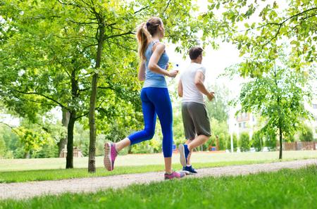 Photo pour Couple jogging in the park - image libre de droit